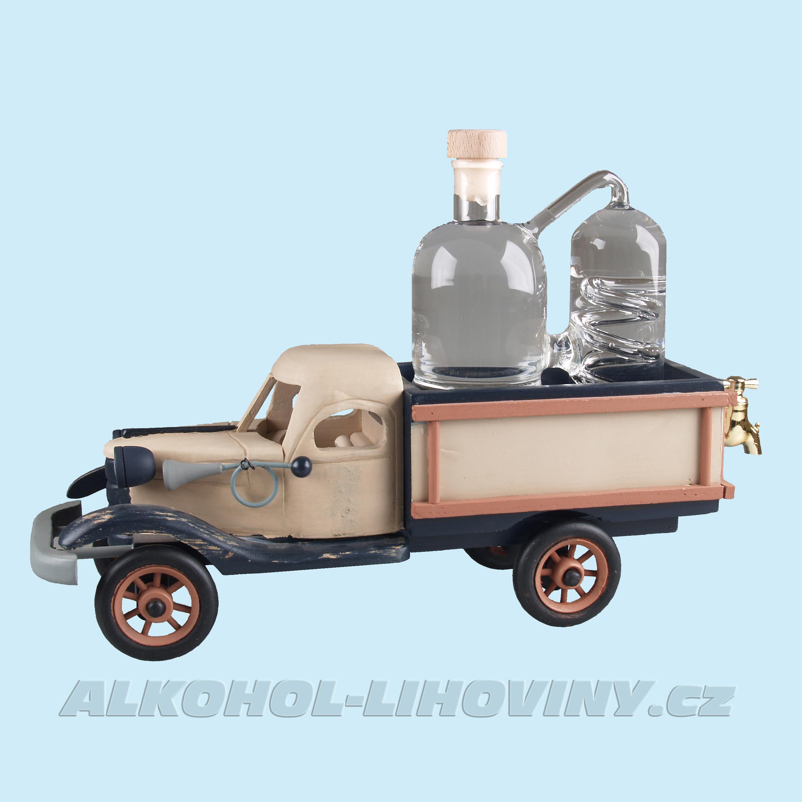 Dřevěné auto s destilačním přístrojem